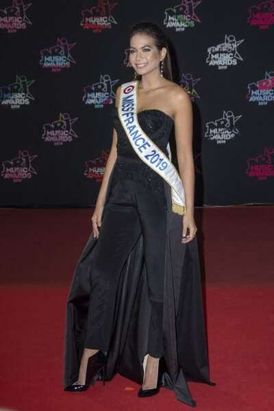 Vaimalama Chaves, miss France 2019, dans une combinaison noire bustier pour fouler le tapis rouge