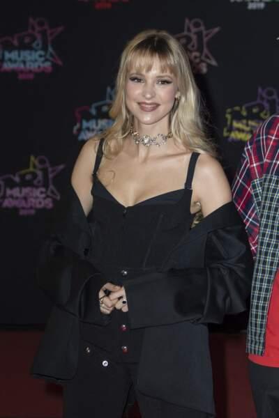 Angèle dans une robe noire, elle recevra plus tard son premier trophée d'artiste féminine de l'année