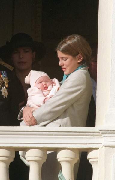 Caroline de Monaco, Charlotte Casiraghi et Alexandra de Hanovre, âgée de 4 mois, lors de la fête nationale monégasque, le 19 novembre 1999.
