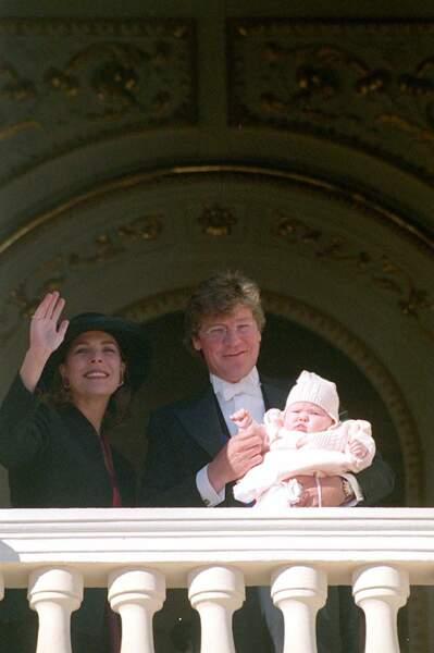 Caroline et Ernst August de Hanovre, avec leur fille Alexandra, au balcon du palais princier lors de la fête nationale, le 19 novembre 1999.