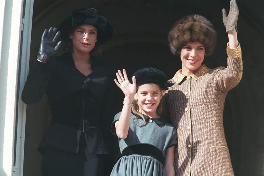 Stéphanie, Charlotte et Caroline saluent le public monégasque depuis le balcon du palais princier, lors de la fête nationale le 19 novembre 1996.