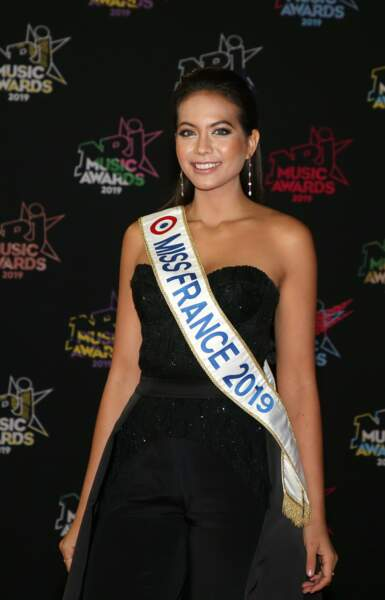 Vaimalama Chaves, Miss France 2019, sexy en robe bustier pour les NRJ Music awards 2019.