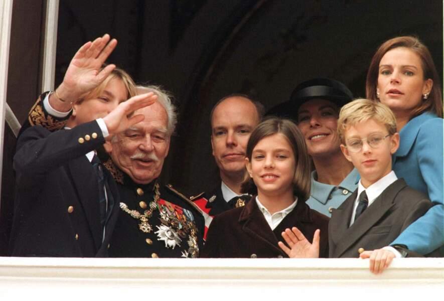 Andrea Casiraghi, le prince Rainier, Albert, Charlotte Casiraghi, Caroline, Pierre Casiraghi et Stéphanie, au balcon du palais princier lors de la fête nationale, le 19 novembre 1997.