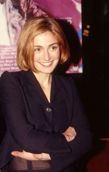 1995 : Elle a les cheveux roux et arbore une coupe au carré avec une raie de côté.