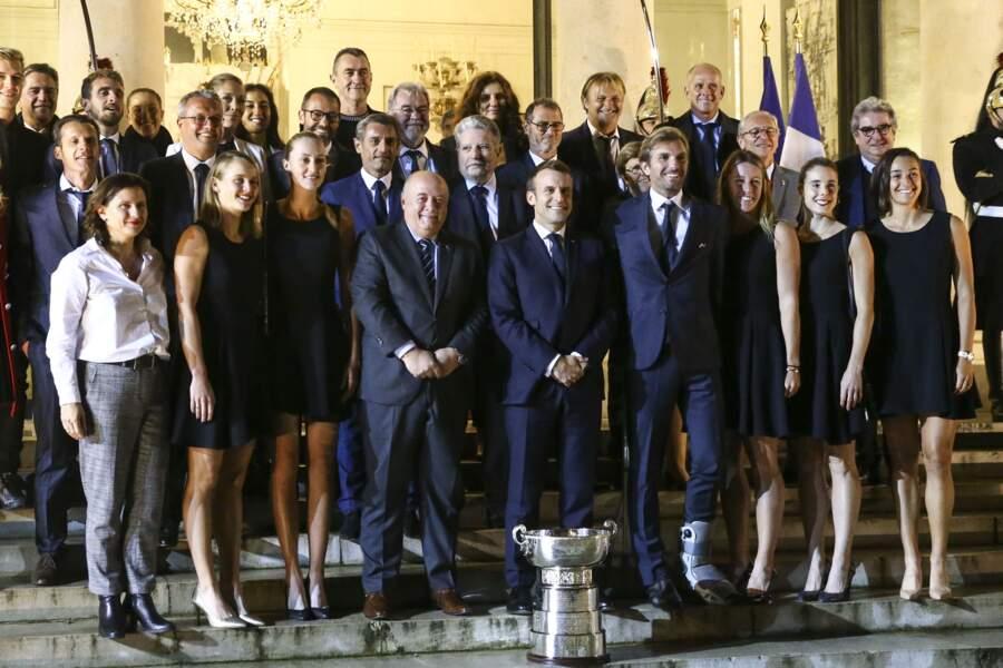 Emmanuel Macron a posé avec les Bleues devant l'Elysée après leur victoire de la Fed Cup