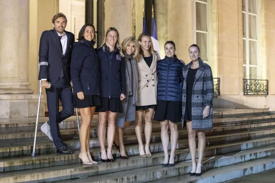 Très élégante dans un manteau bleu, Brigitte Macron a fait une apparition pour féliciter les joueuses de tennis