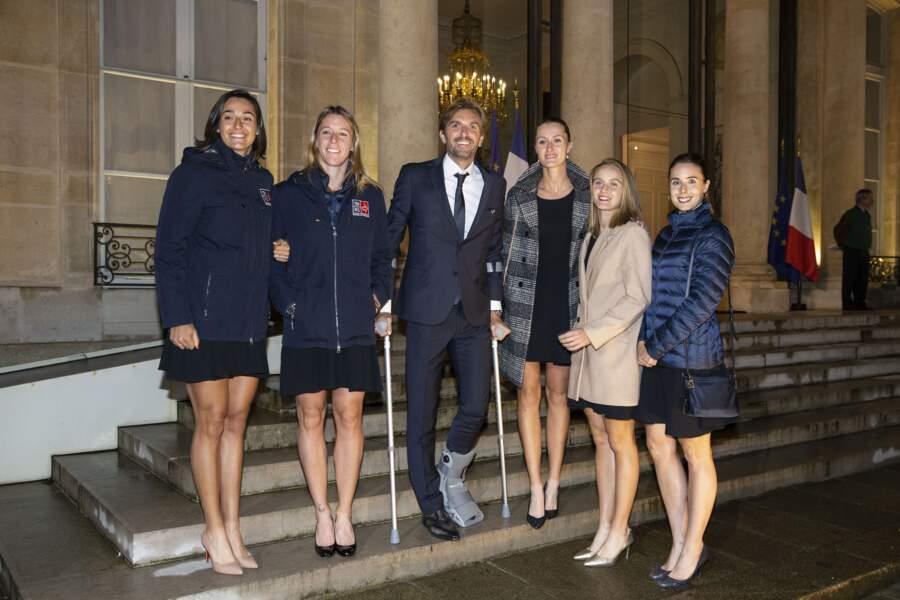 L'équipe Françase de la Fed Cup après sa victoire, avec Julien Benneteau blessé au pied