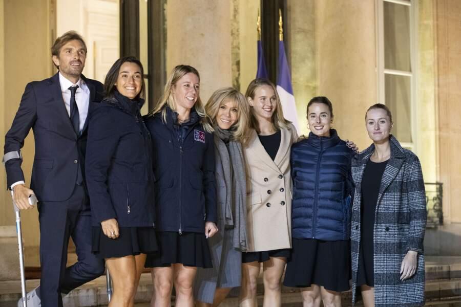 Brigitte Macron a fièrement posé avec les Bleues sur le perron de l'Elysée