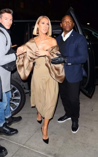 Céline Dion aime aussi le total look beige dans une robe qui dénude ses épaules