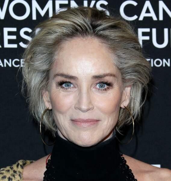 Sharon Stone sublime avec sa chevelure argentée.