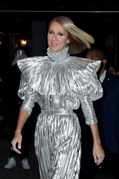 Céline Dion dans une combinaison scintillante et toujours son carré court et blond.