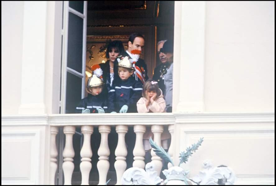 1991 : Les trois enfants Charlotte, Pierre et andrea sont au Balcon. La petite Charlotte porte une frange avec un jolie nœud rose et semble bouder.