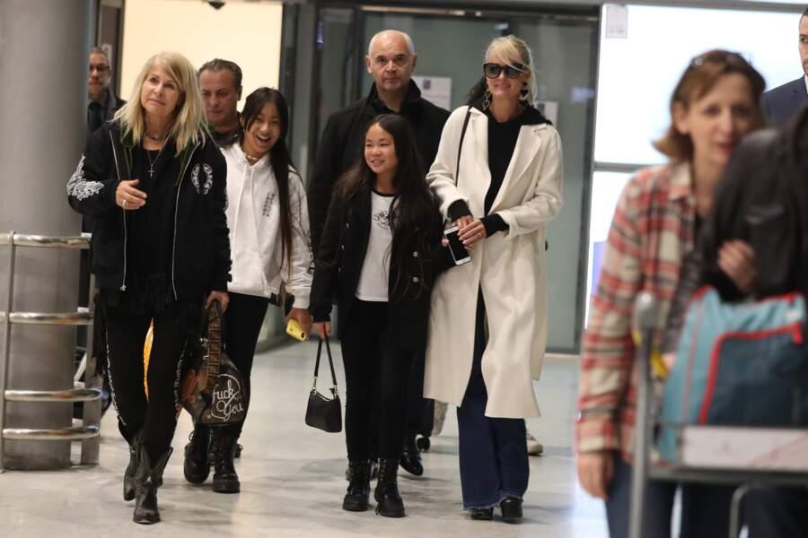 Laeticia Hallyday et ses deux filles sont arrivées à l'aéroport Roissy Charles de Gaulle le 19 novembre 2019.