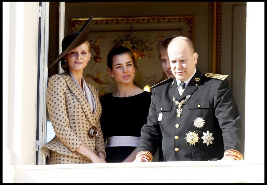 2010 : Le Prince Albert II et Charlène se tiennent près de Charlotte Casiraghi.