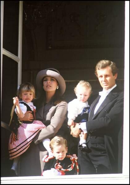 1988 : Charlotte Casiraghi, ses frères, Pierre et Andrea ainsi que leurs parents au balcon pour la fête Monégasque.