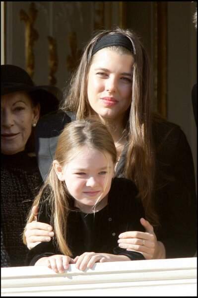 2008 : La famille Princière est au balcon du Palais à l'occasion de la fête Nationale. Charlotte Casiraghi toujours très protectrice avec sa petite sœur Alexandra de Hanovre.