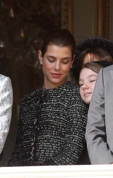 2011 : La princesse Alexandra de Hanovre se repose sur l'épaule de sa grande sœur, Charlotte Casiraghi.