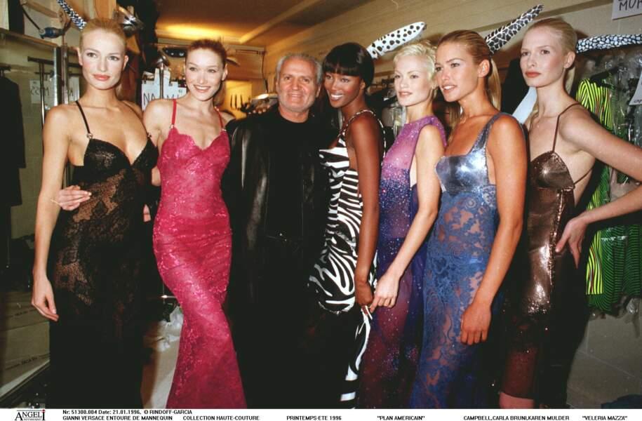 Carla Bruni en compagnie de Naomi Campbell et de Gianni Versace en 1996, moins d'un an avant l'assassinat du couturier