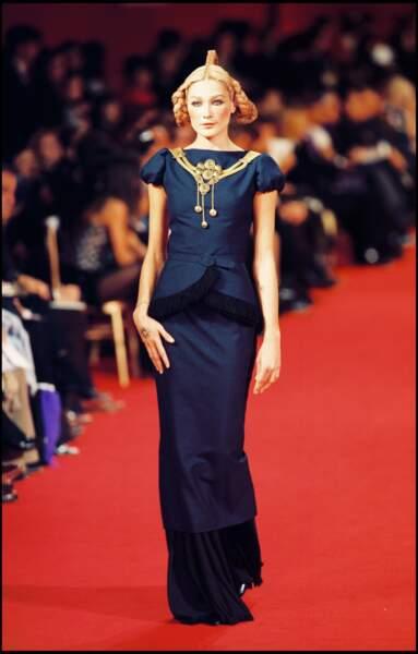 Carla Bruni sublime en 1997 lors du défilé Hubert de Givenchy