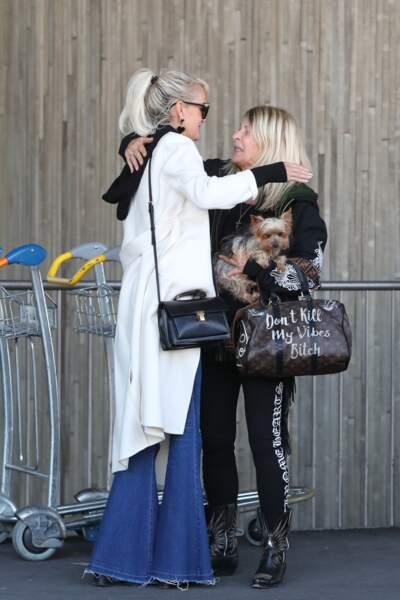 """La mère de Laeticia porte un sac  Vuitton customisé d'un """"fuck you"""" et d'un """"don't kill my vibe bitch""""."""