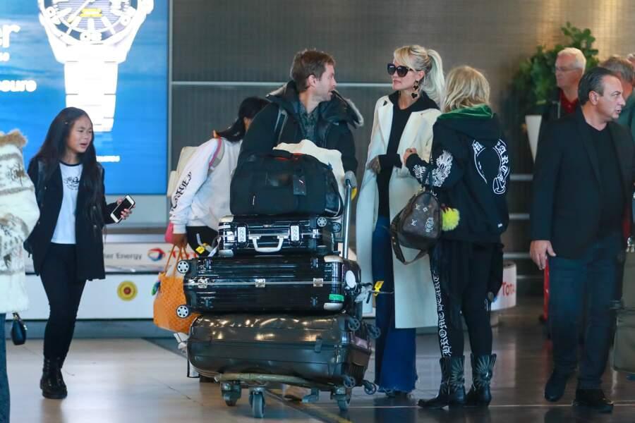 Toute la famille semble détendue à l'arrivée à l'aéroport.