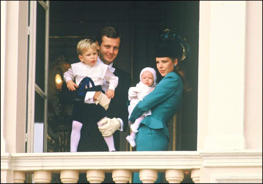 1986 : La Princesse Caroline de Monaco tenant sa fille Charlotte Casiraghi à la fête Monégasque annuelle.