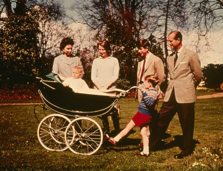 1965 : La Reine Elizabeth et son époux, accompagnés de leurs trois enfants pour une photo de famille.