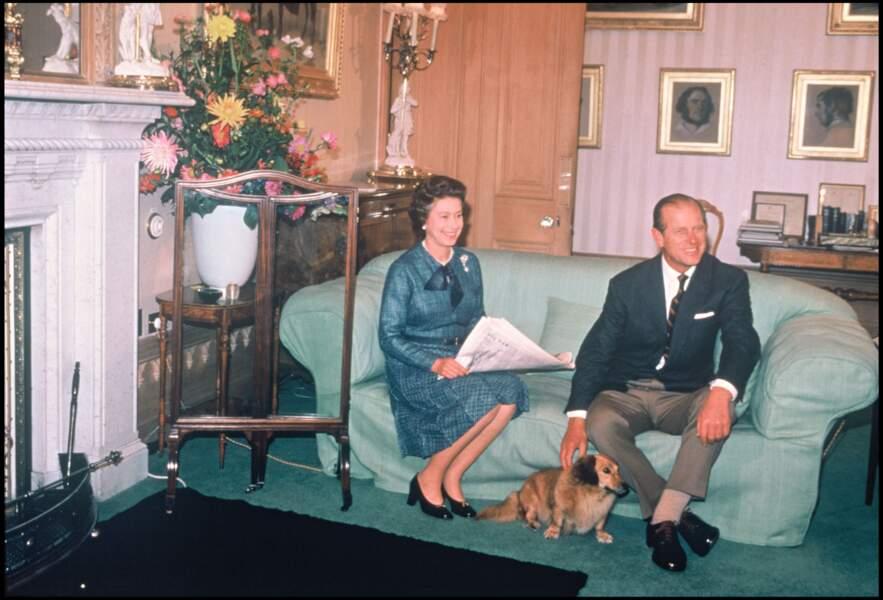 1988 : La Reine Elizabeth et le prince Philip d'Edimbourg, très souriants auprès de leur chien, Corgy.