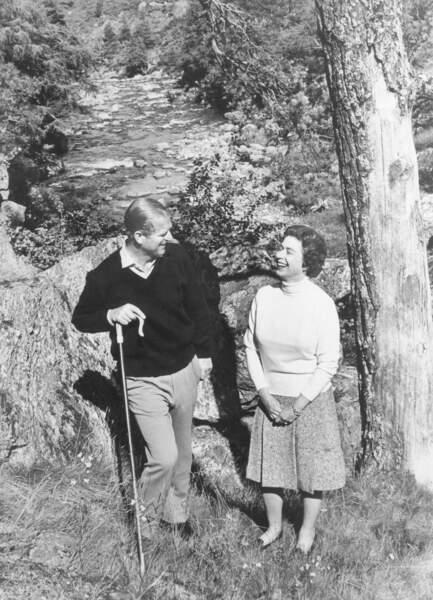 1972 :  La Reine Elizabeth et le Prince Philip, radieux lors d'une sortie en pleine nature.