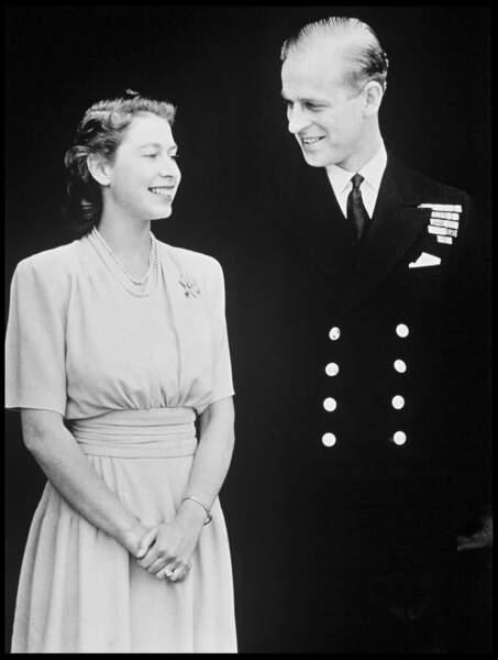 1947 : Heureux, la Reine d'Angleterre et le prince Philip annonçaient leur mariage.
