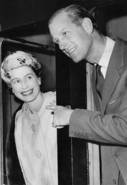 Octobre 1960 : La reine Elizabeth II et le prince Philip, souriants à bord du train royal.