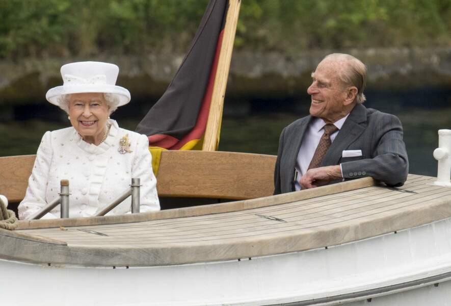 24 juin 2015 : La reine Elizabeth II d'Angleterre et le duc d'Édimbourg, font une mini croisière (romantique?) en bateau sur la rivière Spree à Berlin. C'était dans le cadre de leur visite officielle en Allemagne.