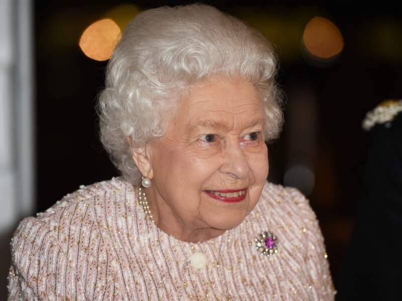 Souriante, Elizabeth II garde la tête haute !