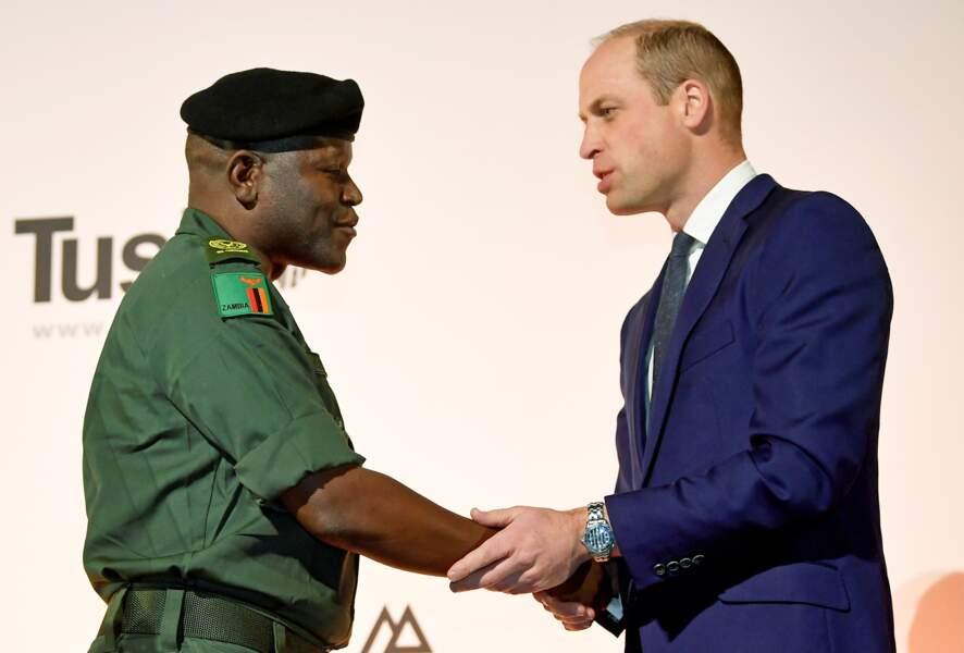 Benson Kanyembo, lauréat du prix de Ranger de l'année aux Tusk Conservation Awards de ce jeudi 21 novembre 2019, est félicité par le prince William
