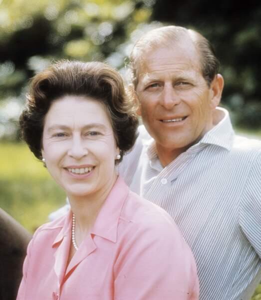 1972 : Rayonnant, le couple Royal prend la pause lors d'un été en écosse.