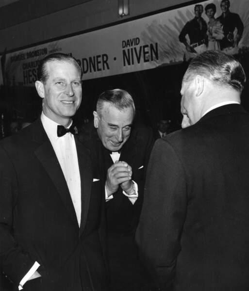 Le Prince Philip en 1963 accompagné de son oncle, Louis Mountbatten, assistant à la première '' Les 55 Jours de Pékin''.