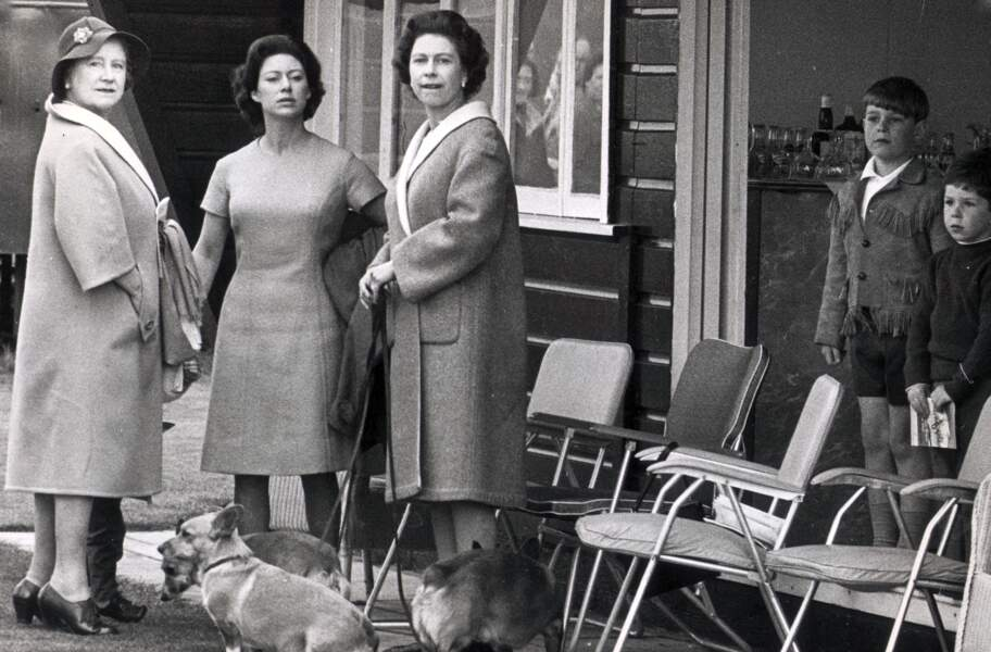 La Princesse Margaret (au milieu), la Reine Elizabeth et la future Reine Elizabeth II en 1965.
