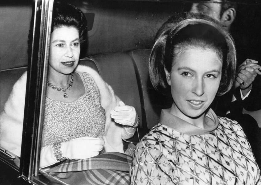 La princesse Anne en voiture avec sa mère, la Reine Elizabeth en 1969.