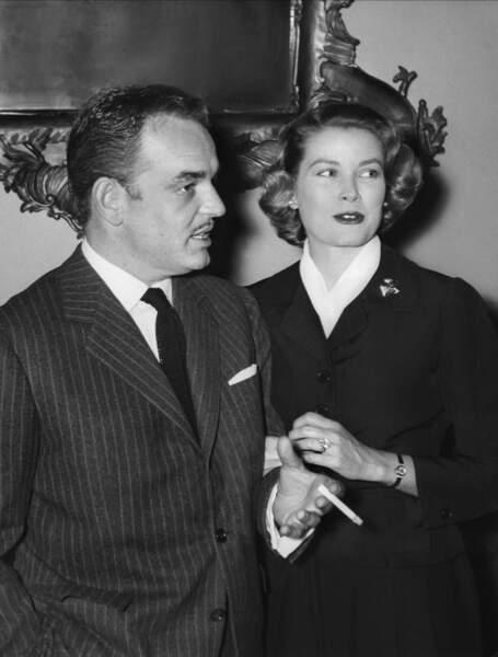 Grace Kelly et le Prince Rainier III en 1958. Elle porte sa sublime bague de fiançailles offerte par son fiancé lors de sa demande en 1956.