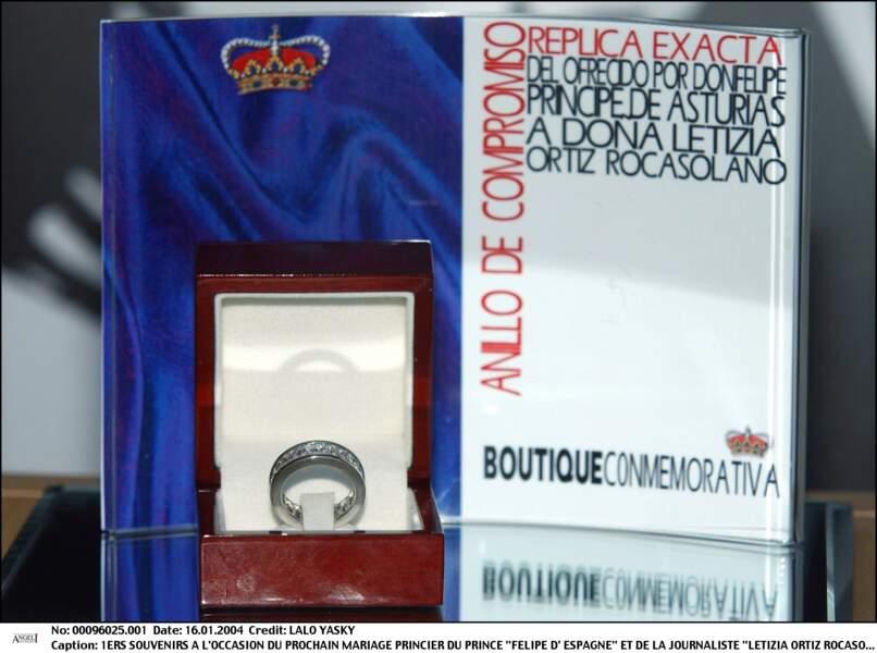 Maxi-zoom sur la réplique de la bague de fiançailles de Letizia.