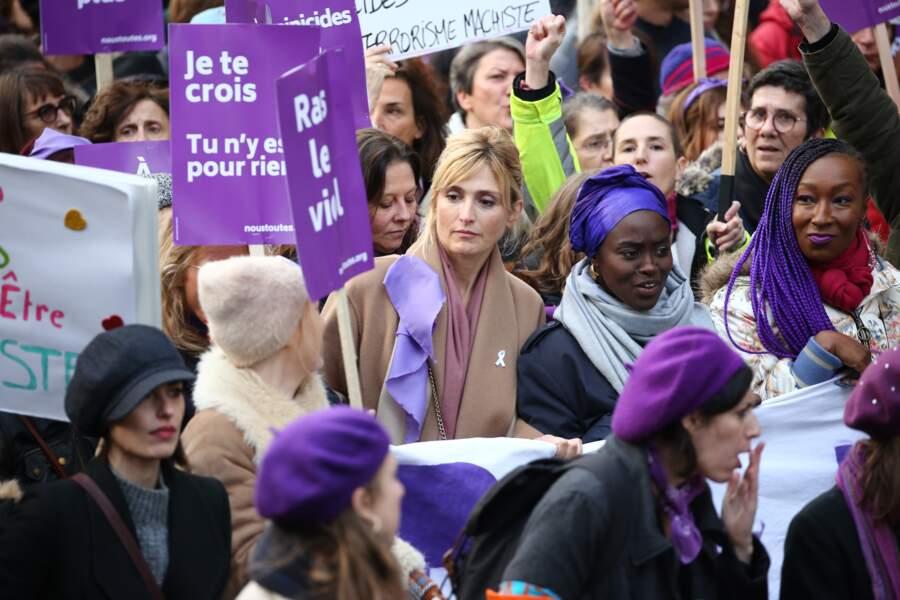 Julie Gayet en plein milieu de la foule pendant la marche.