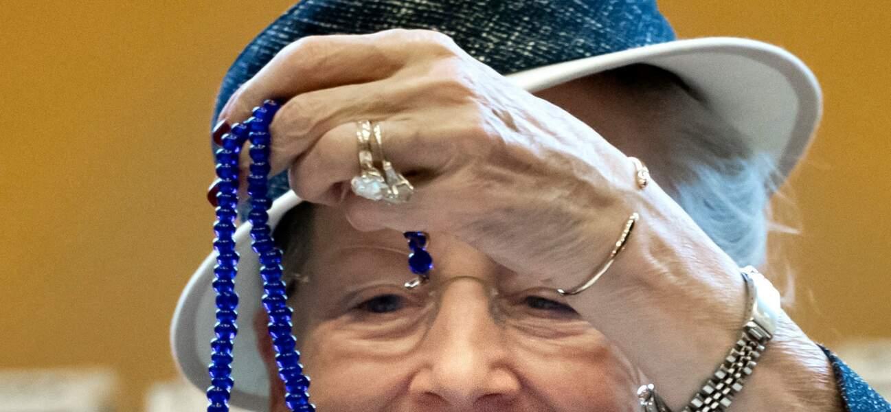 Zoom sur la bague de la Reine du Danemark. Un double diamant dit 'coussinets' de 6 carats environ.