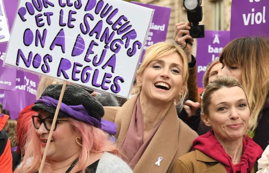 Julie Gayet, très souriante, lors de la marche contre les violences faites aux femmes.