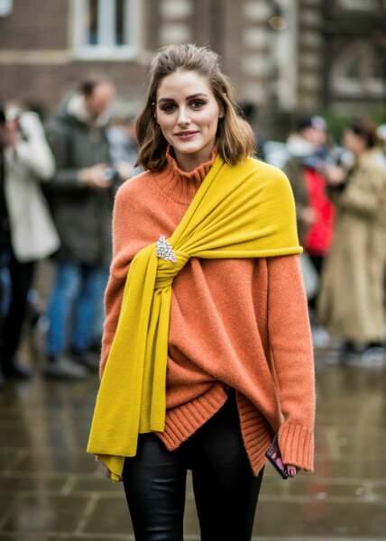 La it-girl Olivia Palermo complète son look d'une broche glamour