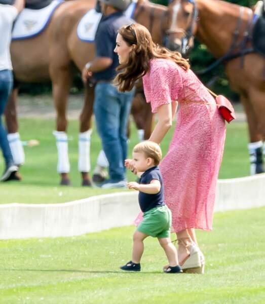 Ce 10 juillet 2019, Louis était particulièrement intrigué par les chevaux. Heureusement, maman Kate avait l'oeil !