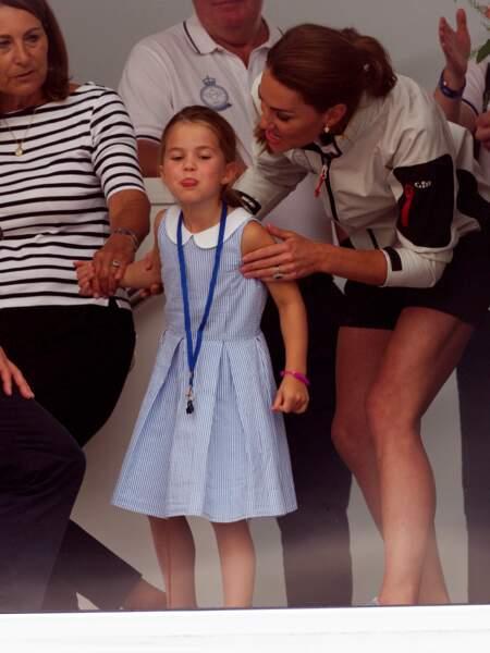 Très en forme, Charlotte a surpris les photographes en tirant la langue... à l'attention de son grand-père Michael Middleton, apprendra-t-on plus tard.