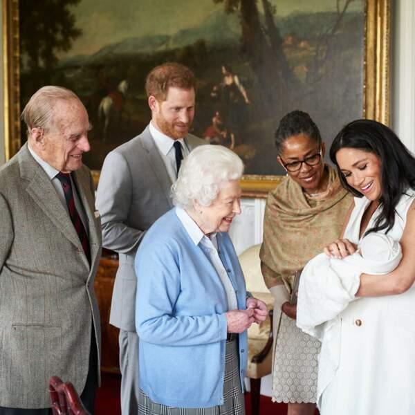 Le petit Archie, devant Doria Ragland, sa grand-mère maternelle, et Elizabeth II et le prince Philip, ses arrières-grands-parents paternels, à Windsor, le 8 mai 2019.