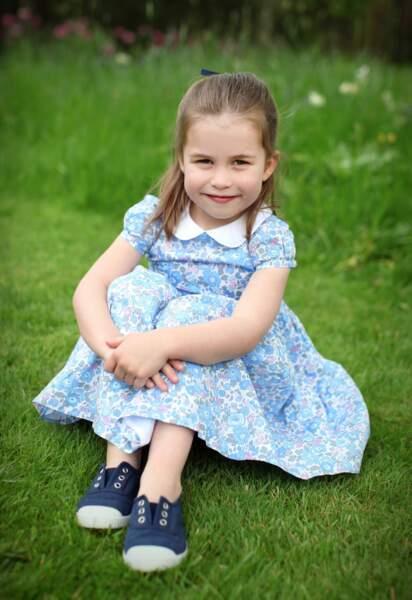 La cadette des Cambridge a été photographiée par sa mère dans les jardins de Anmer Hall, dans le Norfolk.