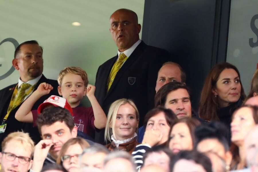 En plus d'émouvoir la Grande-Bretagne, cette sortie familiale des Cambridge a permis de constater combien George, 6 ans,  était déjà un fervent supporter du club Aston Villa... comme papa !