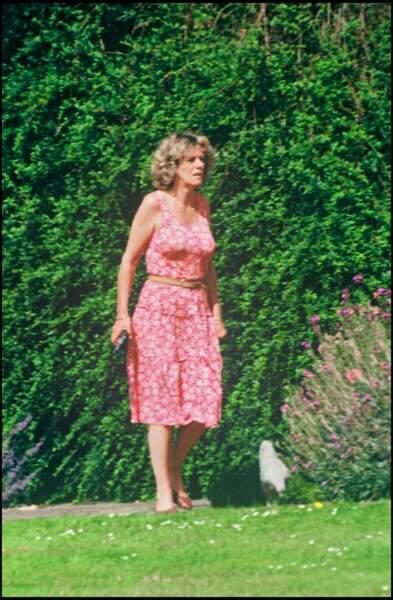 Juillet 1993 : Camilla Parker Bowles dans son jardin à Middlewick portant une petite robe fleurie.